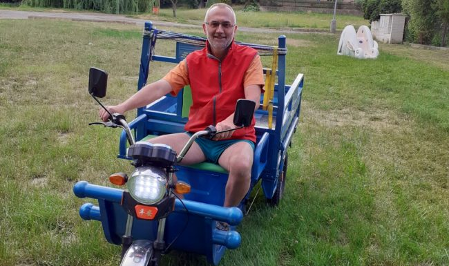 Elektromobilní užitková tříkolka v obci Polepy a starosta Vodička